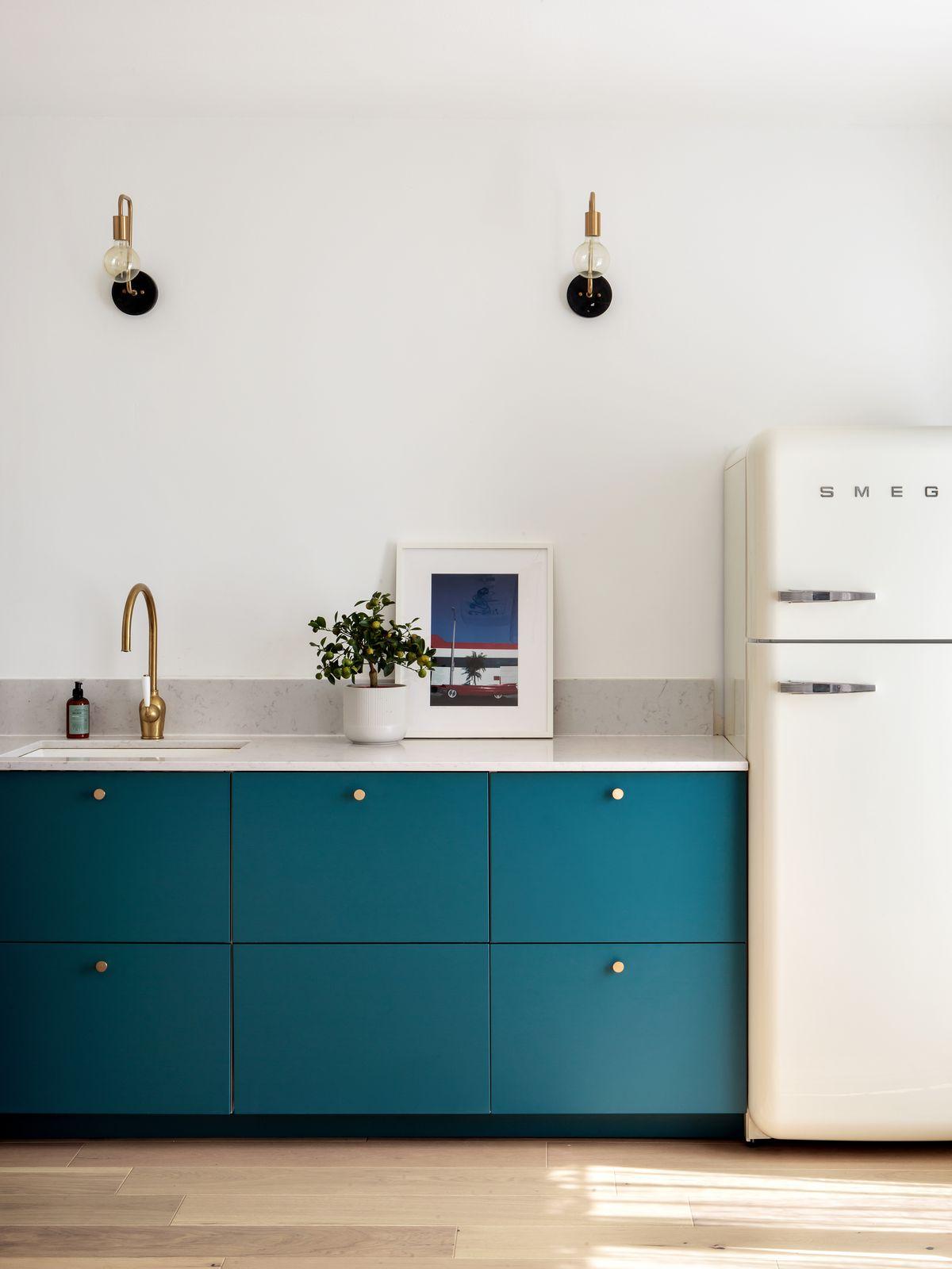 Cuisine IKEA hack déco bleu canard marbre gris design frigo smeg blanc cassée