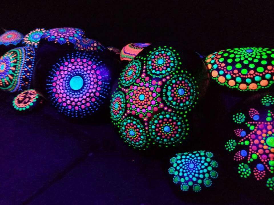 Pin By Patty Butler On Steine Bemalen Glow In Dark Paint Glow Rock Neon Painting
