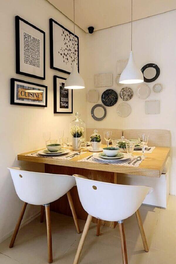 sala de jantar pequena decorada com cadeira branca e vários quadros na parede #cadeirabranca #cadeirabrancajantar #cadeirabrancaquarto
