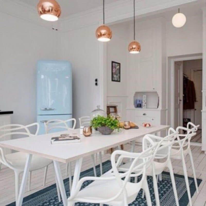 mesa com cadeira branca para cozinha com geladeira azul #cadeirabranca #cadeirabrancajantar #cadeirabrancaquarto