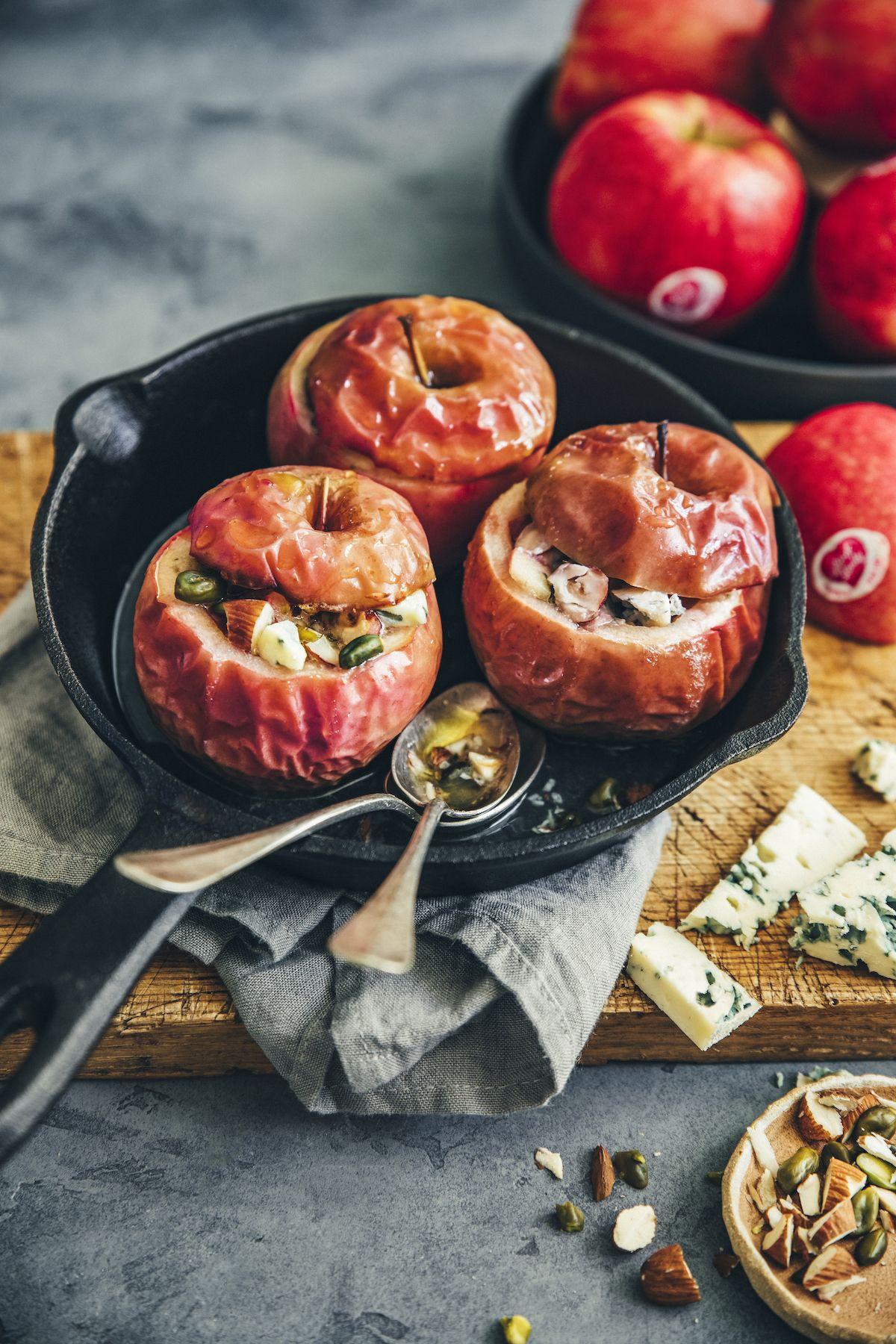 Pommes aux four farcies aux fruits secs et au Roquefort