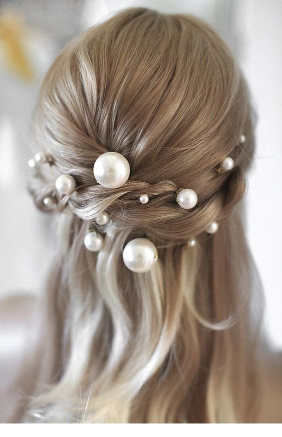 The perfect blonde hair with pearls