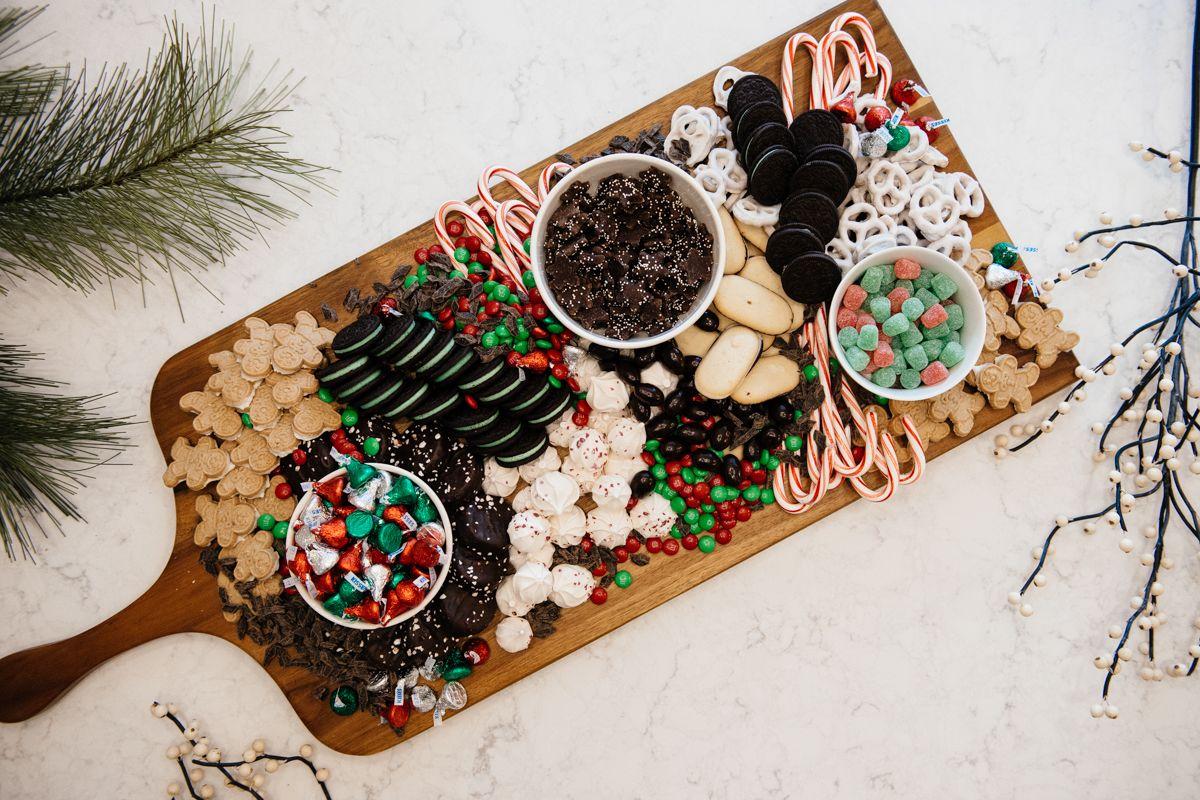 Holidays Sweets Dessert Board / recipe // diy // food // candy // dessert ideas // www.eatsleepwear.com