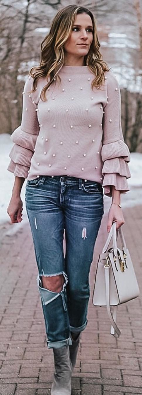 gray long-sleeved blouse and blue jeans