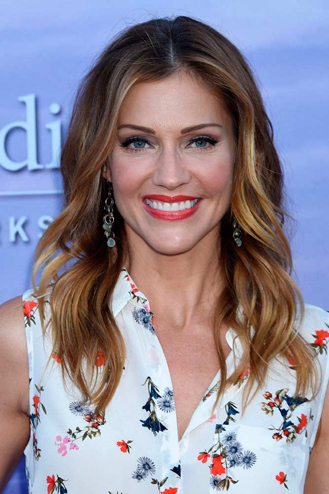 Sandy Highlights For Wavy Brown Hair #sandyhighlights #triciahelfer ★ Light and dark brown hair with highlights and lowlights looks spectacular. Discover trendy color ideas for short and long hairstyles. #glaminati #lifestyle