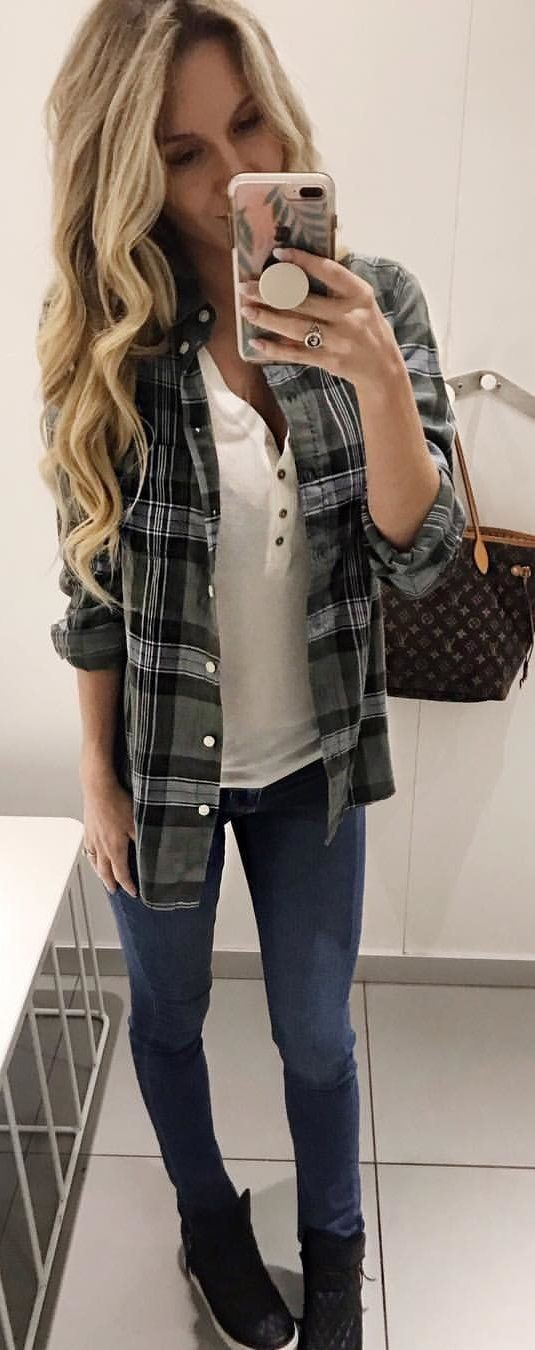 black and gray plaid button-up shirt