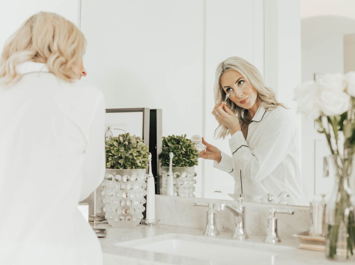 Two Peas in a Prada Bloggers, Emily Farren Wieczorek and Ashley Zeal of Two Peas in a Prada talk about the newest anti aging serum – The Elemis ULTRA SMART Pro-Collagen Complex 12 Serum
