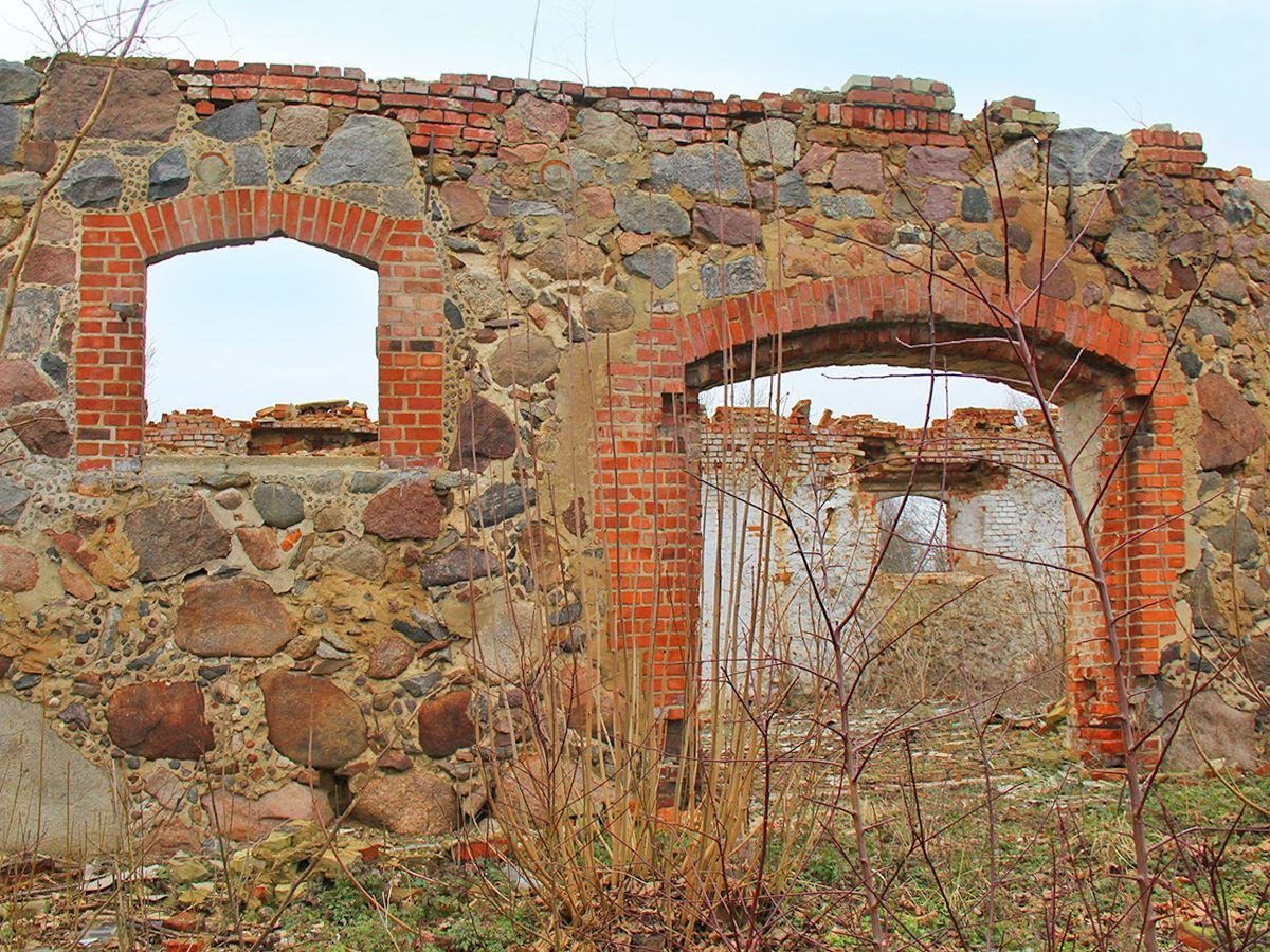 Фрагменты строений в поселке Янтарный