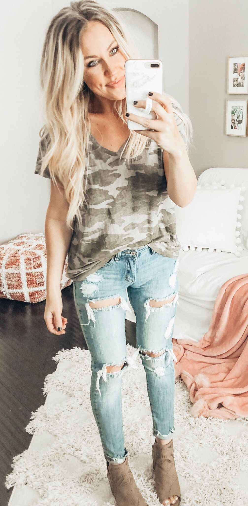 black and gray camouflage V-neck t-shirt #spring #outfits