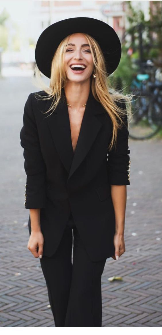 Chic all black look with a hat