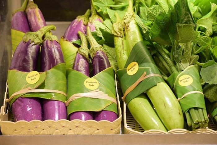 Supermarkets in Asia have started using leaves to pack their vegetables instead of plastics.
