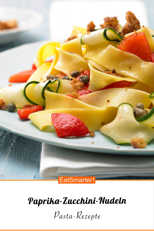 Paprika-Zucchini-Nudeln - mit Chilibröseln - smarter - Kalorien: 478 kcal - Zeit: 45 Min. | eatsmarter.de #zucchini #nudeln #pastarezepte