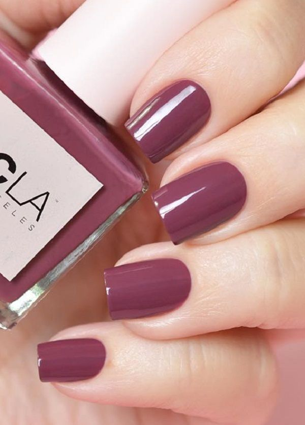 If you do not have time to color your nails every third evening, choose a gel nail polish that varies in UV lamps and lasts up to three weeks.