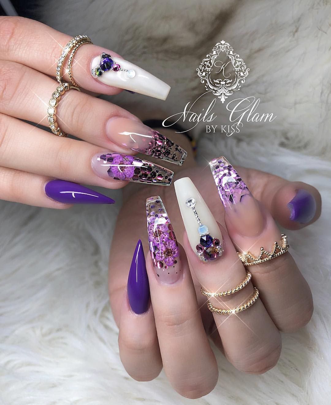 Dried flowers with glitter 💜🌸💜🌸 💋 . 💋 . 💋 . 💋 . 💋 #vegas_nay #wakeupandmakeup #melformakeup #hudabeauty #makeupvideoss #lillyghalichi…