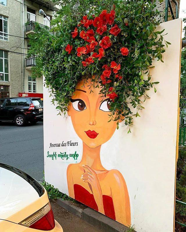 E boa noite com essa lindeza que achei no perfil do @michaellindskau (Tem um monte de coisas bonitas lá)  I love when creative people integrate city elements with street art  It makes the streets much more interesting   I agree - #regrann