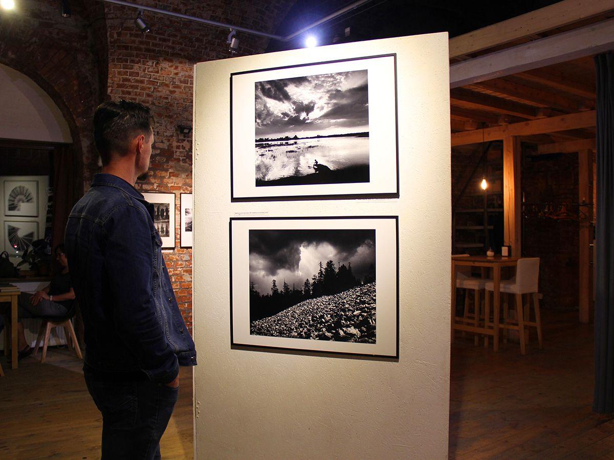 На выставке фотохудожника Павла Персциньского. Фото Евгении Шведы