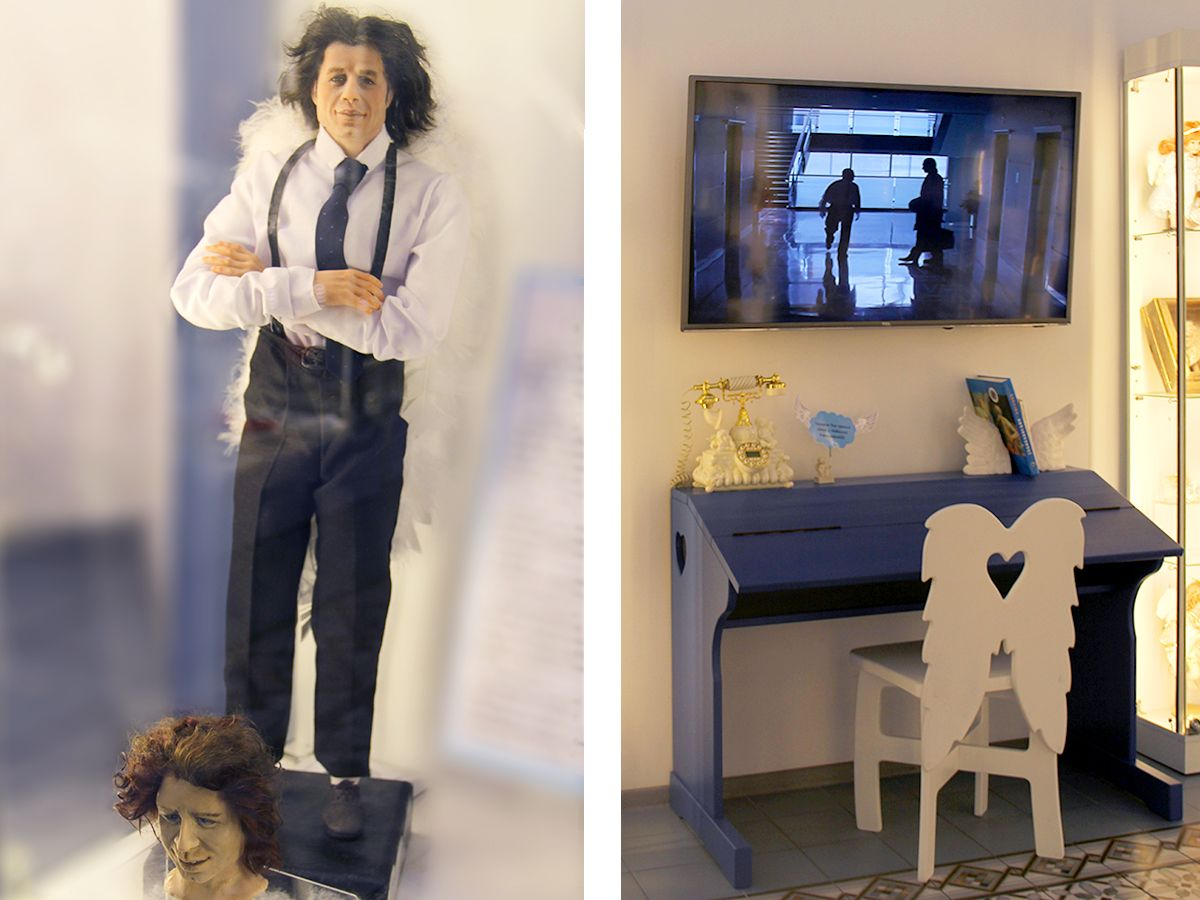 Слева ангел Майкл, справа – экран с одноименным фильмом