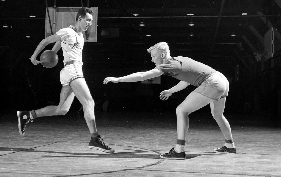 バスケットボールをするチャック・テイラー氏