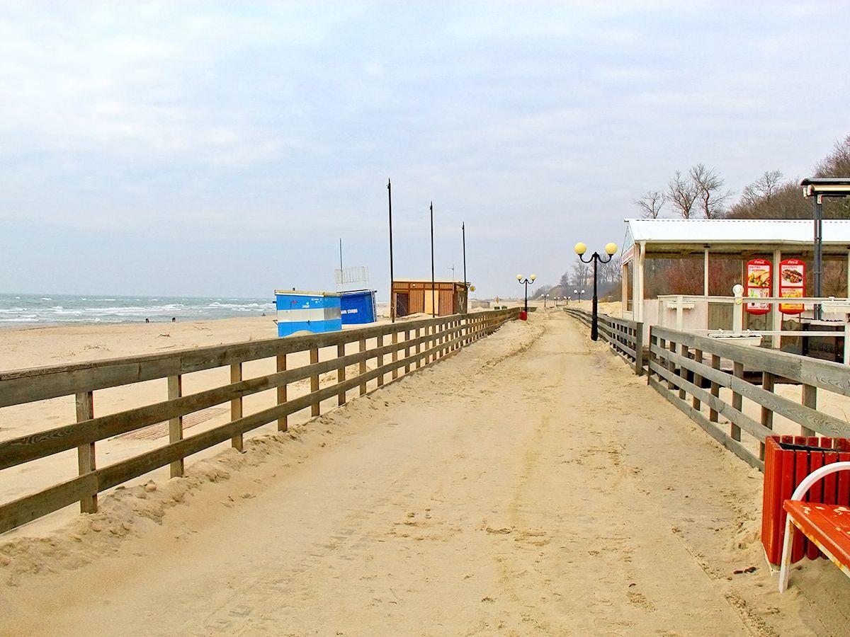Променад в поселке Янтарный вдоль пляжа