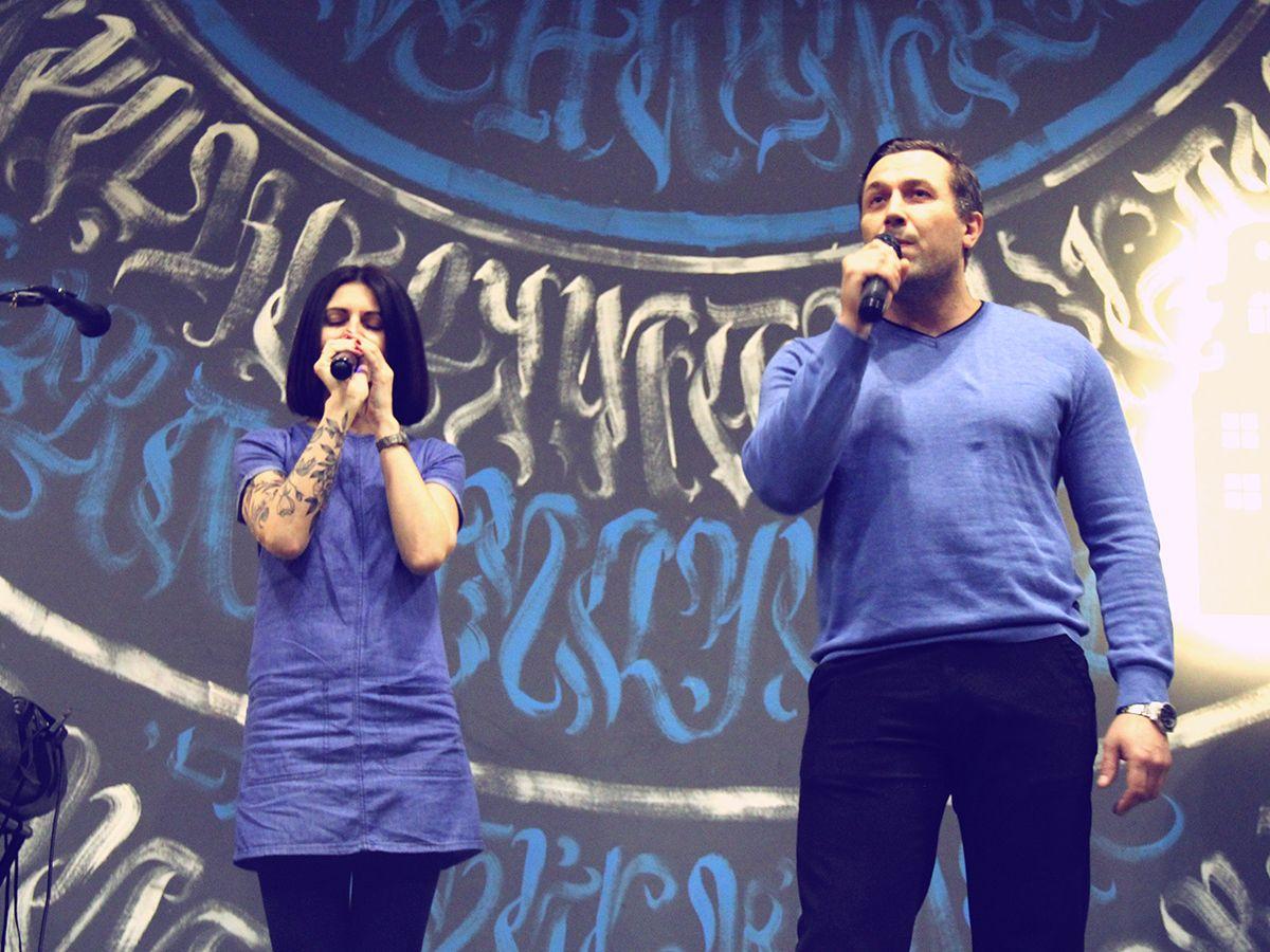 Елена Грибанова и Павел Копытов на сцене квартирника «Закулисье». Фото: Evgeniya Shveda