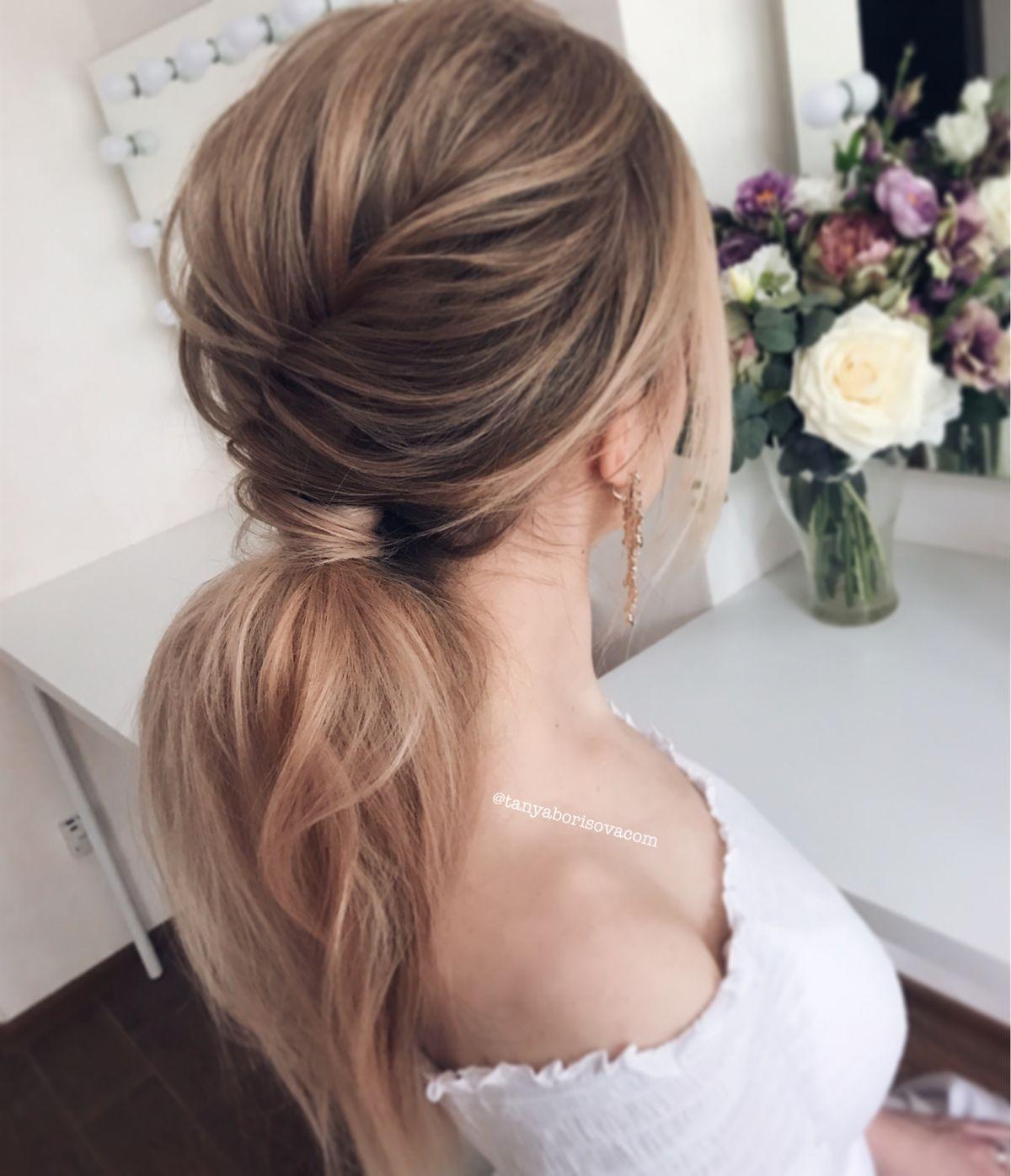 Стильный и современный объёмный хвост. Stylish fashion ponytail for a long blond hair.