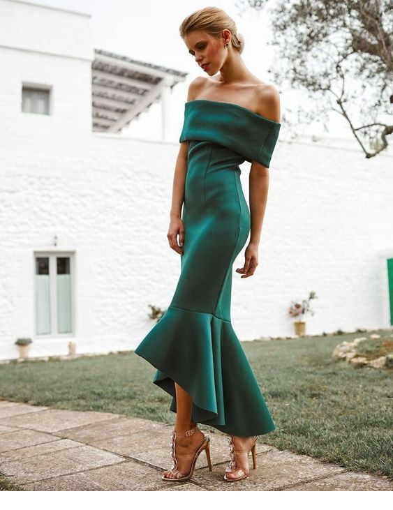 I love the design of this green dress