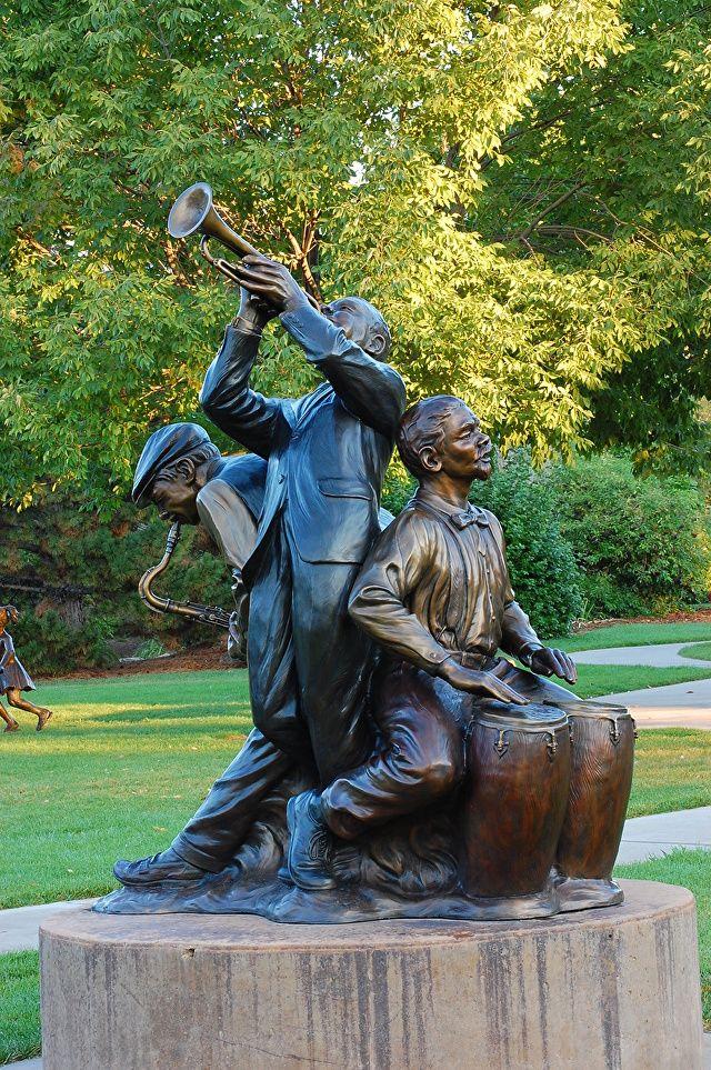 Jazz. Bronze. Gary Alsum (escultor americano). Encontra-se em Iowa City, estado de Iowa, USA.