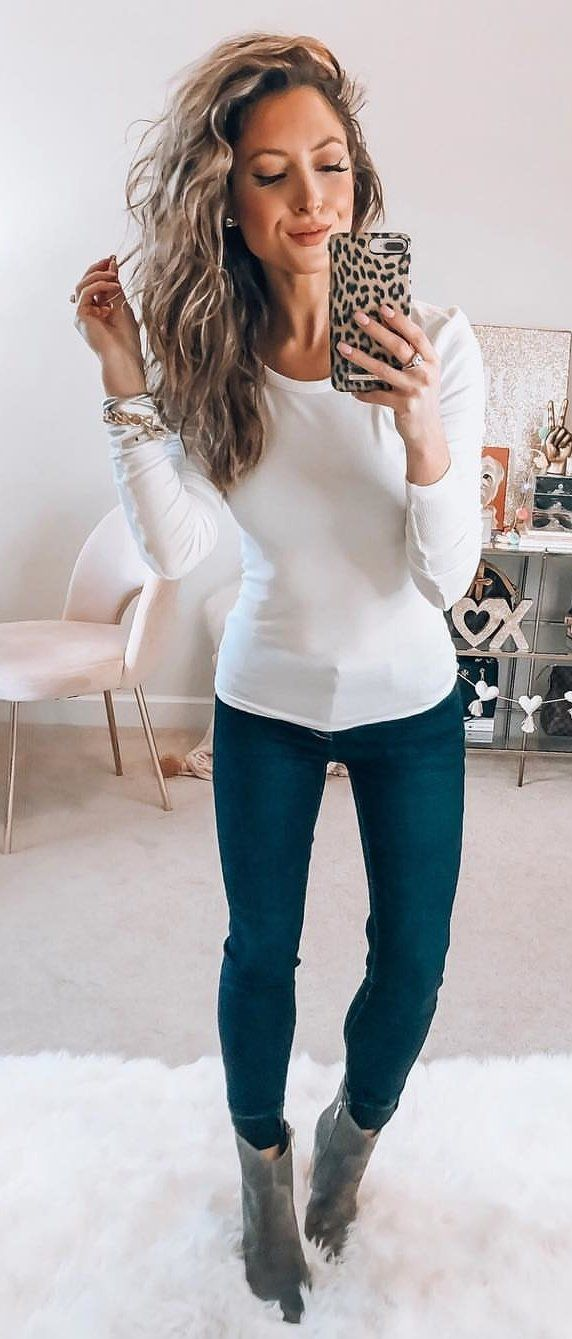 white sweatshirt and blue fitted pants #spring #outfits