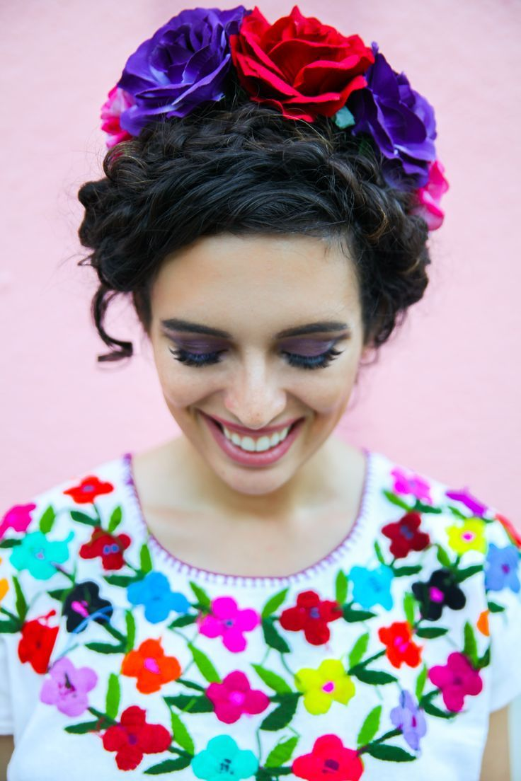For a trip to Fiesta San Antonio I wore this easy curly hairstyle for hair of any length. Read on how to easily recreate this look! #fiestahairstyle #festivalhairstyle #mexicanhairstyle #floralhairstyle #curlyhairudo #curlybraids