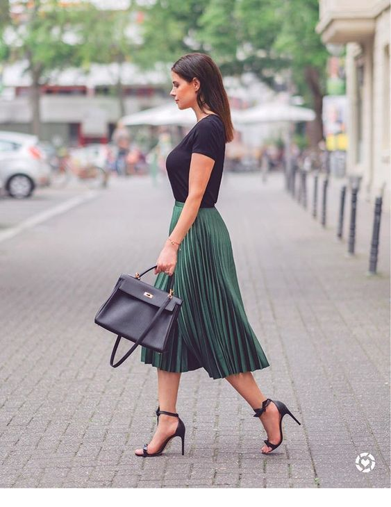 Chic green skirt in this look