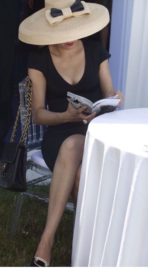 Black dress v-neck and big bow hat