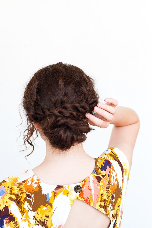 """A Rope Twist Updo for Curly Hair (in 5 Minutes)<p><a href=""""http://www.homeinteriordesign.org/2018/02/short-guide-to-interior-decoration.html"""">Short guide to interior decoration</a></p>"""