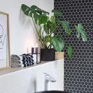 Schnelles Makeover im Badezimmer mit selbstklebender, grafischer Tapete