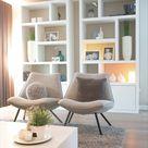 Sfeervol en modern interieur van een woonkamer met grijze fauteuil en witte kast