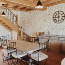 • Escalier en chêne et fer forgé fabriqué par les artisans de Dordogne  •Table de ferme patinée grise   • Ancien meuble de quincaillerie patiné gris   • Horloge en fer forgé : la foire fouille   • Lampe du buffet : maison du monde