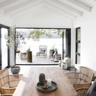 Hohe weiß getünchte Decken, rustikaler Esstisch aus Holz und die