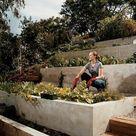 Hang abfangen mit Stützmauern oder passendem Landschaftsbau im Hof