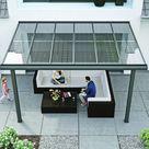 Ein Solardach über der Terrasse liefert Ökostrom frei Haus