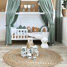 Kinderzimmer mit Hausbett in warmen Farben