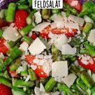 Grüner Spargel Salat mit Erdbeeren und Parmesan auf Feldsalat