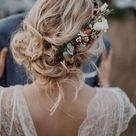 Natürliche Boho Brautfrisur mit Blumenkranz