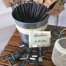 Süße Hochzeitsinspiration für die Abendstunden Wunderkerzen für jeden Gast.