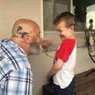 Großvater lässt sich Cochlea-Implantat stechen aus..
