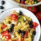 Griechischer Nudelsalat mit Oliven, Gurken, Tomaten und Feta