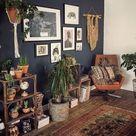 Dunkle dunkelgraue Wand mit vielen Zimmerpflanzen und erdigen Elementen – idea... , #dunkelg... #wanddekoration-holz