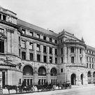 Hauptgebäude der Deutschen Bank in der Mauerstraße und Behrenstraße. Berlin, 1907.