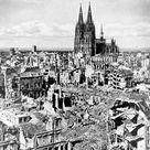 Das ist ein Bild von Köln im Jahr 1945. Gott sei Dank stand der Dom noch.