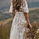 Boho Brautkleid mit floraler Spitze & halblangen Flügelärmeln