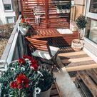 Sonniger Balkon mit schönen Blumen