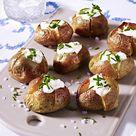 Kleine Ofenkartoffeln mit Creme fraiche und Schnittlauch Rezept    LECKER